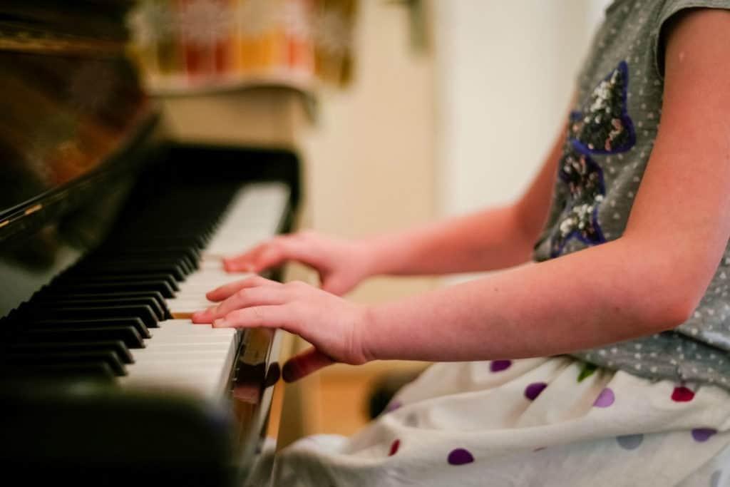 dijete svira piano