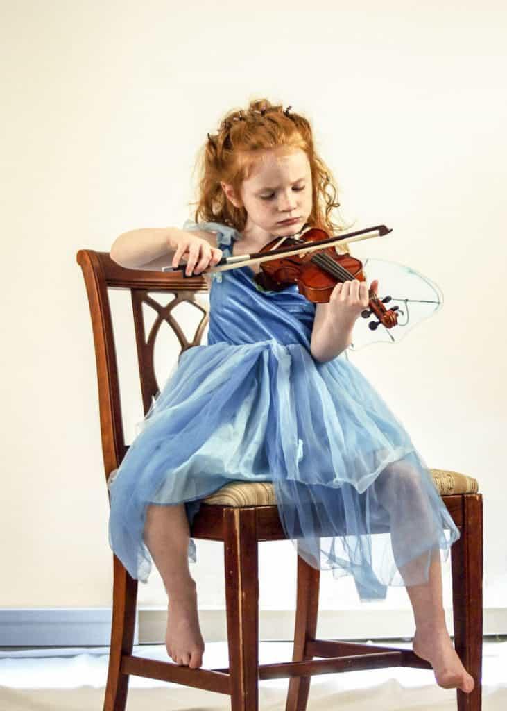 dijete svira violinu
